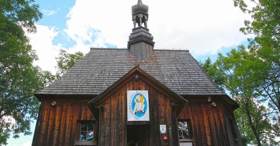 Drewniany kościół w Chotelku - zdjęcie
