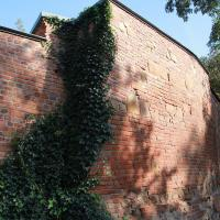 średniowieczny mur obronny koło zamku