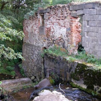 Ruiny młyna wodnego w Turtulu