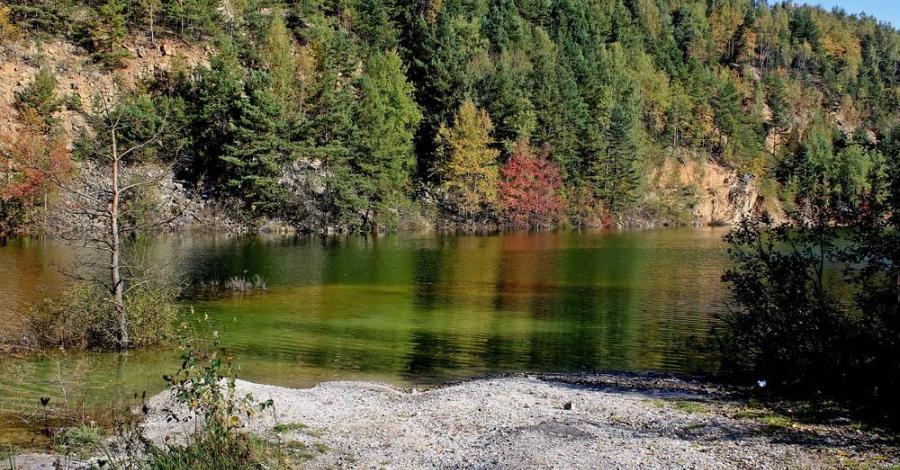 Szmaragdowe jezioro w Wiśniówce - zdjęcie