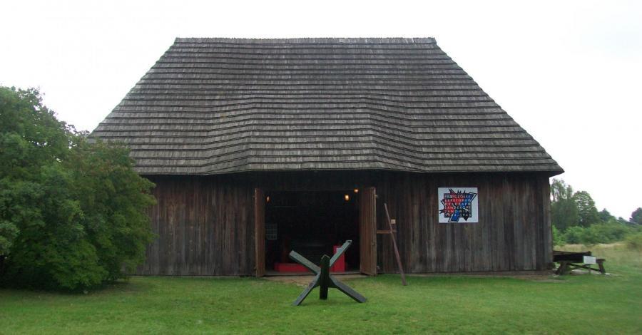 Drewniana stodoła w Janowcu - zdjęcie