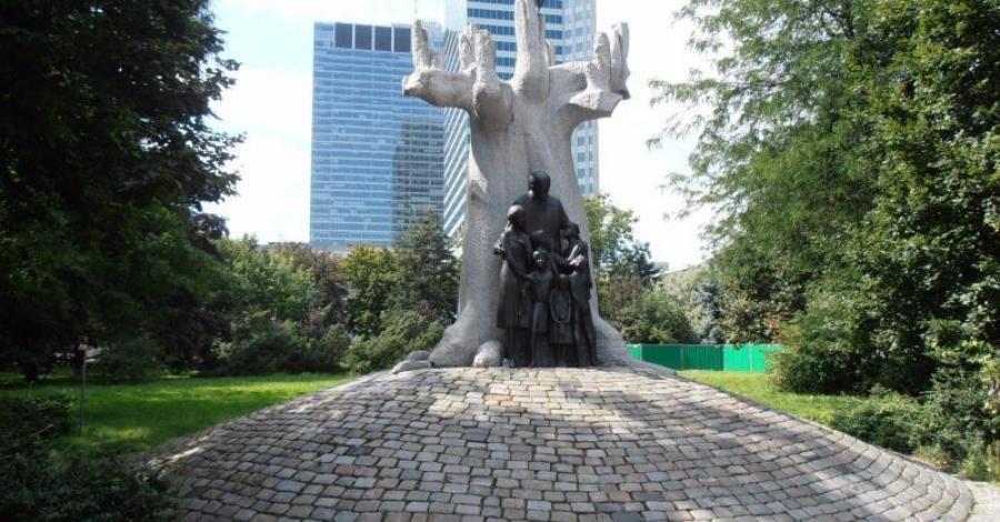 Pomnik Janusza Korczaka w Warszawie - zdjęcie
