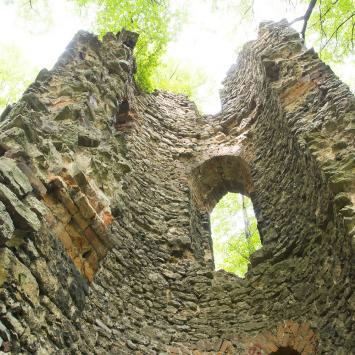 Romantyczne ruiny wieży w Orzechu