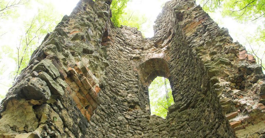 Romantyczne ruiny wieży w Orzechu - zdjęcie