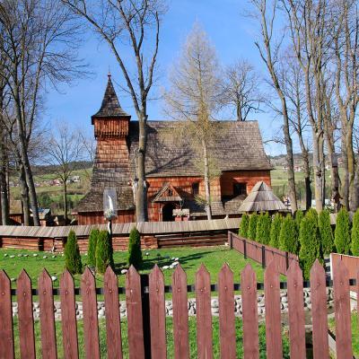 Drewniany kościół w Dębnie