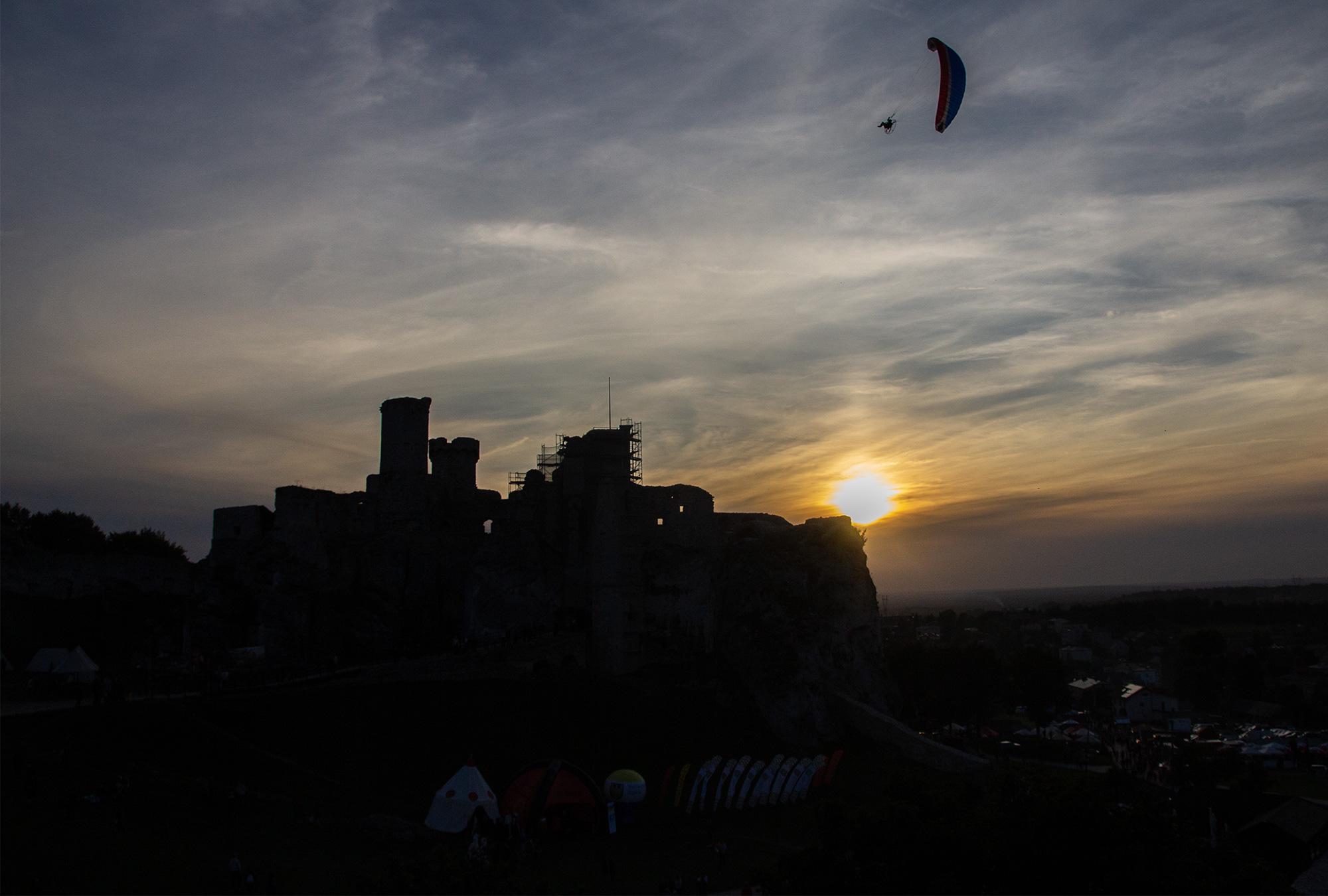 zachód słońca nad zamkiem Ogrodzieniec