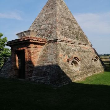 Piramida w Rożnowie. - zdjęcie